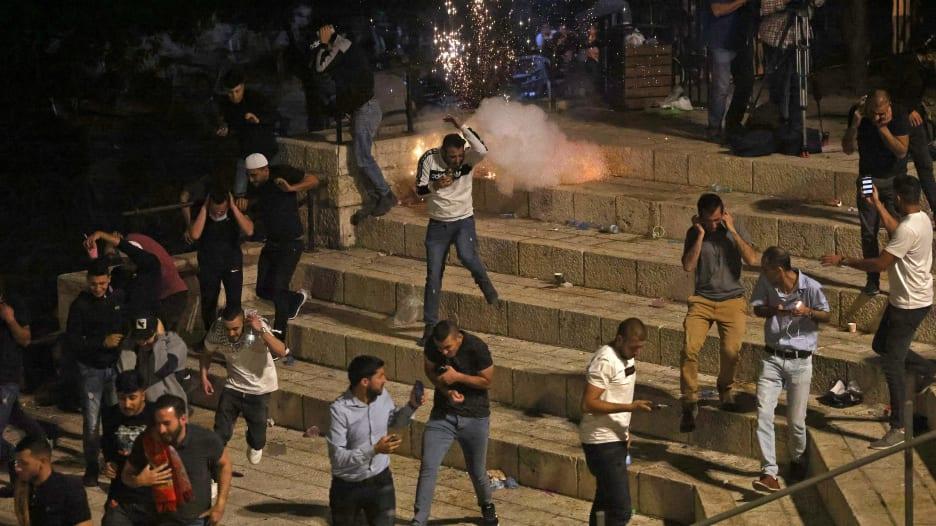 شاهد.. لقطات جديدة من الاشتباكات بين فلسطينيين والشرطة الإسرائيلية بالقدس
