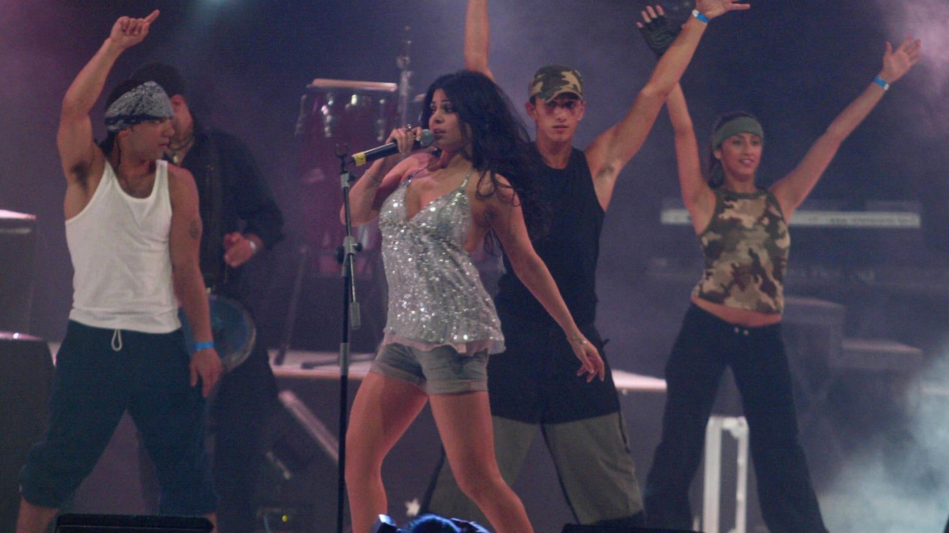 النجمة اللبنانية هيفاء وهبي خلال حفل موسيقي في قاعة بيل بوسط بيروت في يونيو 2006