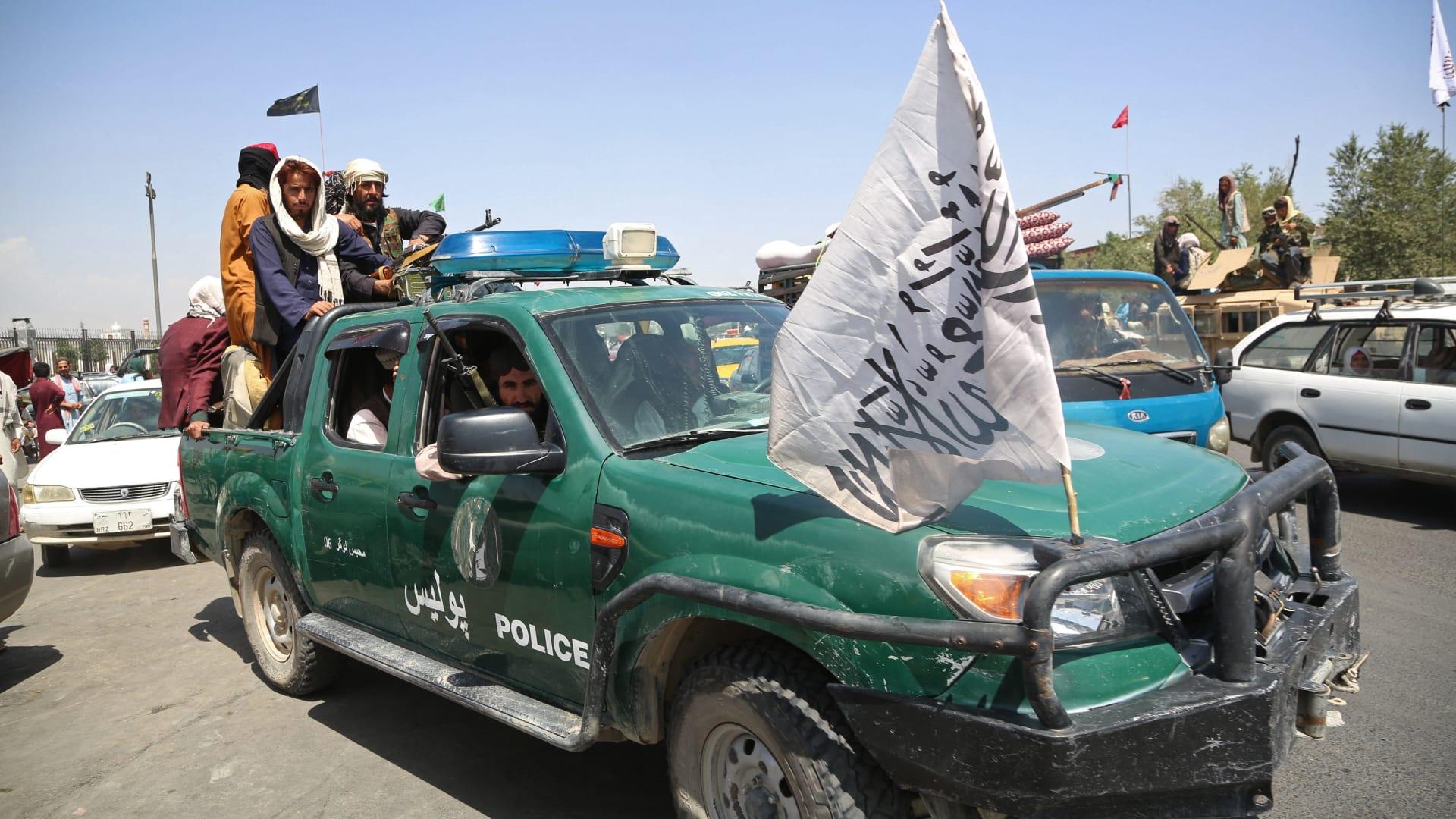 صورة أرشيفية لعناصر من طالبان بدورية على متن سيارة شرطة أفغانية في كابول