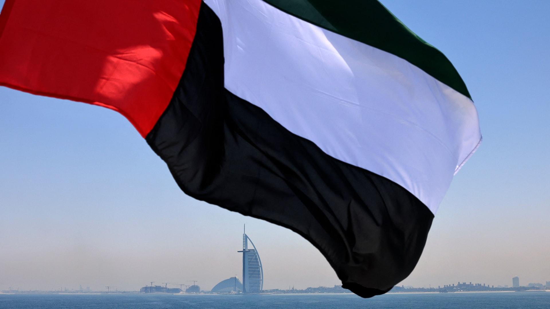 علم الإمارات يرفرف فوق مرسى دبي مع فندق برج العرب في الخلفية - 3 يونيو/ حزيران 2021