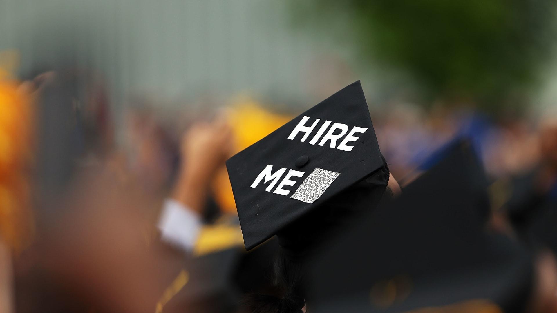ما هي أكثر القطاعات توظيفًا للخريجين الجُدُد في الإمارات؟