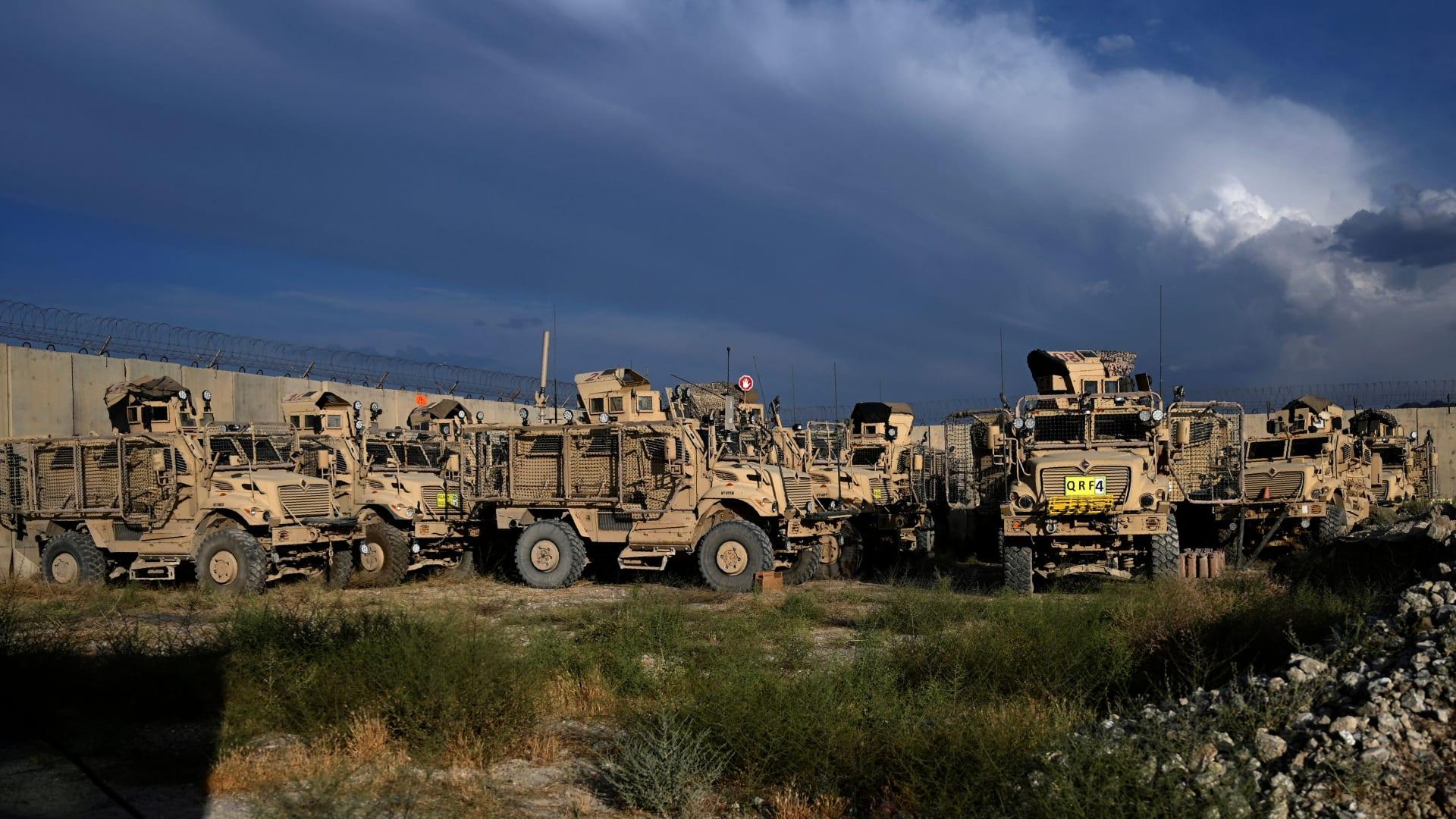 مركبات الحماية من الكمائن المقاومة للألغام (MRAP) داخل قاعدة باغرام الجوية الأمريكية بعد مغادرة جميع القوات الأمريكية وحلف شمال الأطلسي ، على بعد حوالي 70 كم شمال كابول في 5 يوليو 2021