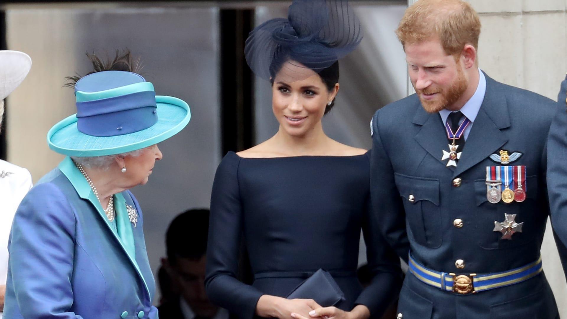 صورة أرشيفية للملكة مع هاري وميغان في شرفة قصر باكنغهام عام 2018
