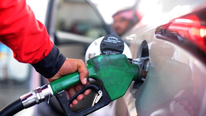 عامل يقوم بملء الوقود في سيارة بإحدى المحطات في مدينة جدة السعودية في عام 2015