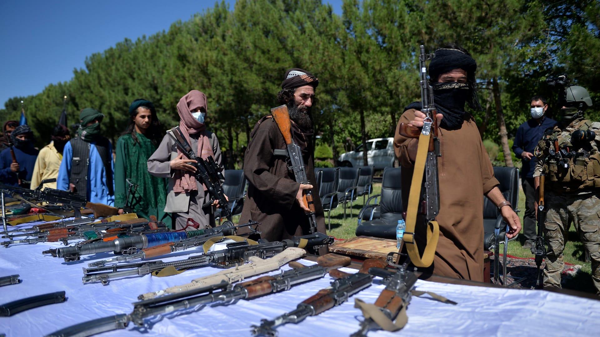 مقاتلو طالبان ألقوا أسلحتهم أثناء استسلامهم للانضمام إلى الحكومة الأفغانية خلال حفل أقيم في هرات في 24 يونيو 2021