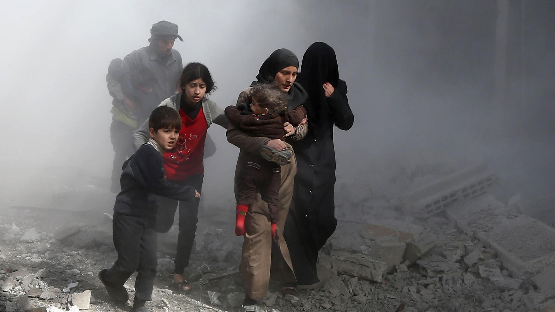 مدنيون سوريون يفرون من ضربات جوية للنظام على بلدة جسرين في الغوطة الشرقية على مشارف العاصمة دمشق - في 8 فبراير 2018.