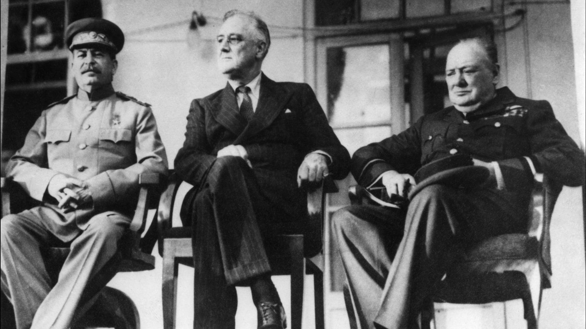 صورة أرشيفية من مشاركة جوزيف ستالين وونستون تشرشل وفرانكلين روزفلت في مؤتمر طهران عام 1943
