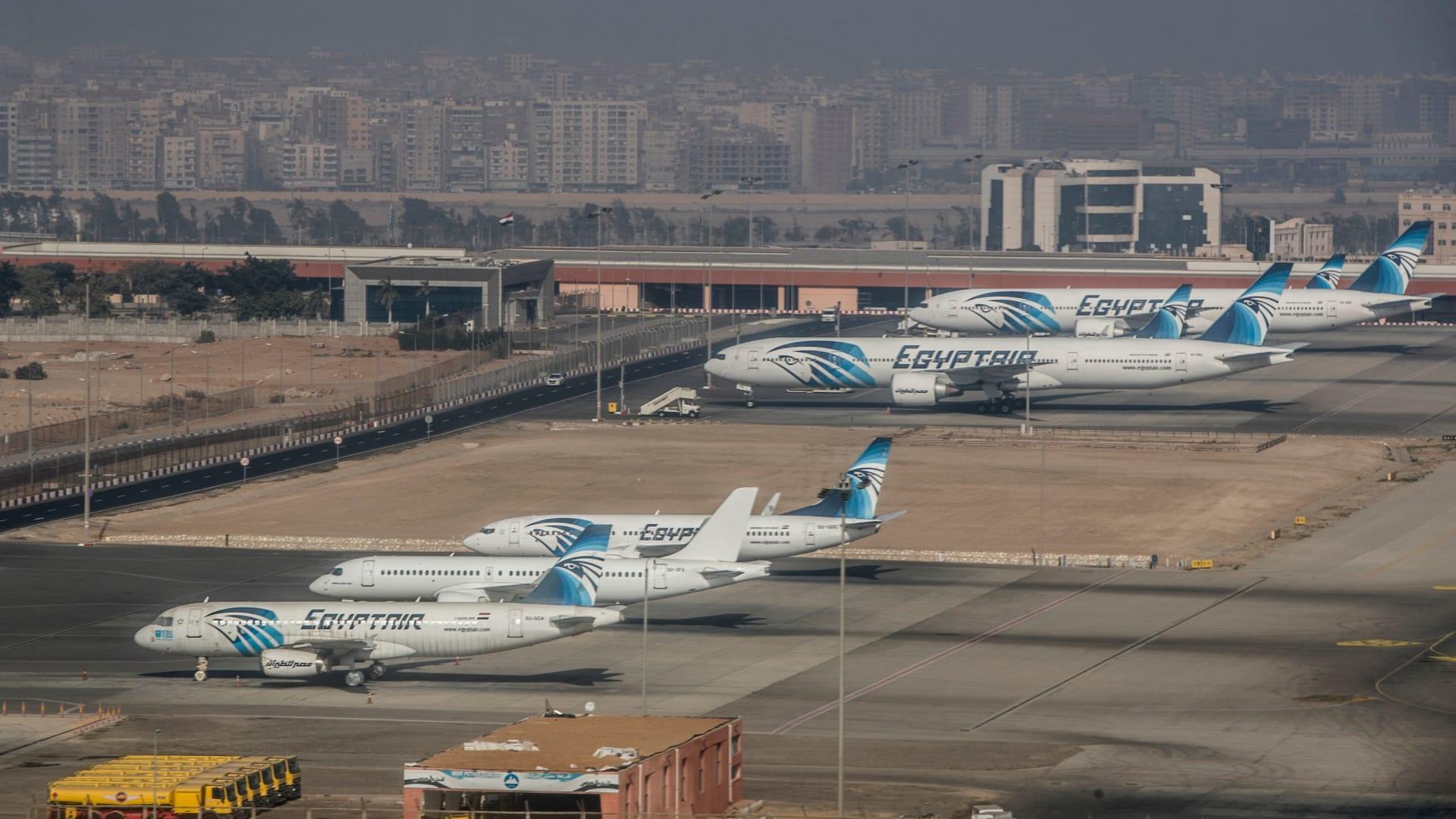 صورة أرشيفية لطائرات تابعة لمصر للطيران في مطار القاهرة الدولي