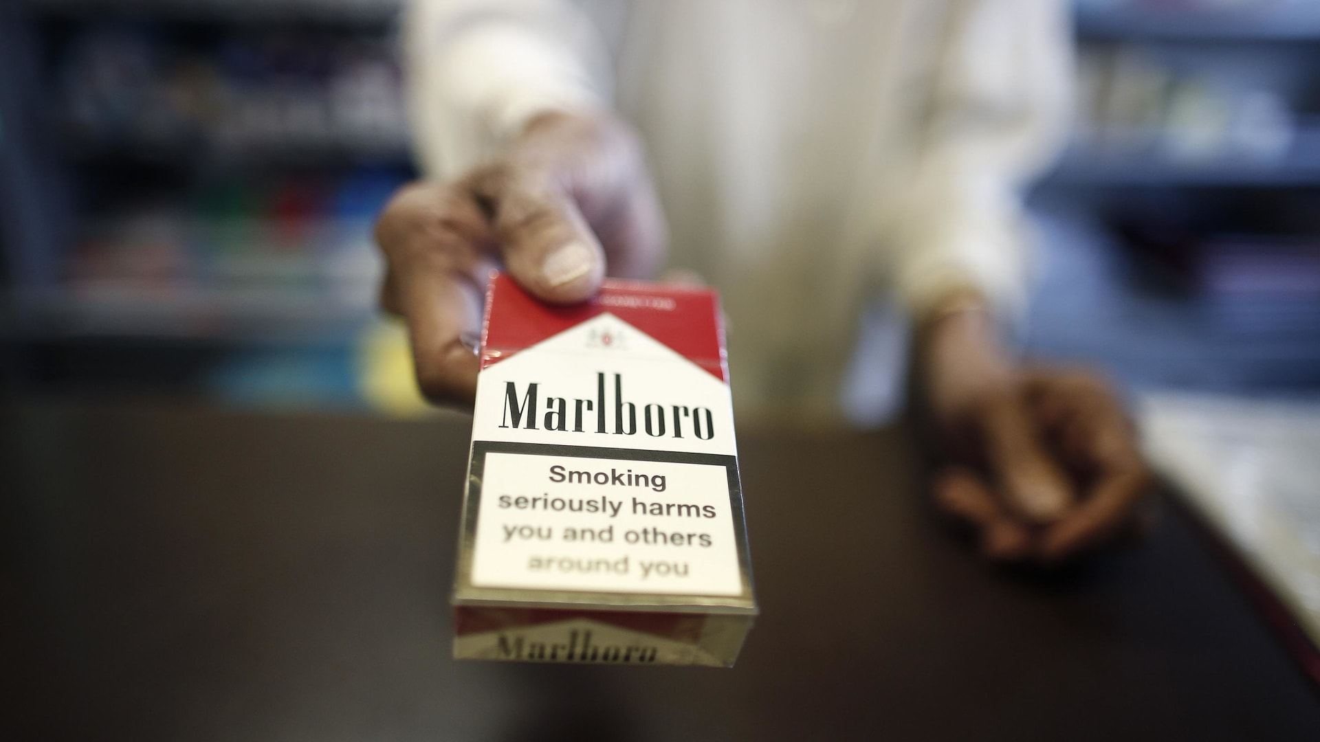 السجائر الإلكترونية.. كيف تؤثر الدعاية والنكهات على تدخينها؟