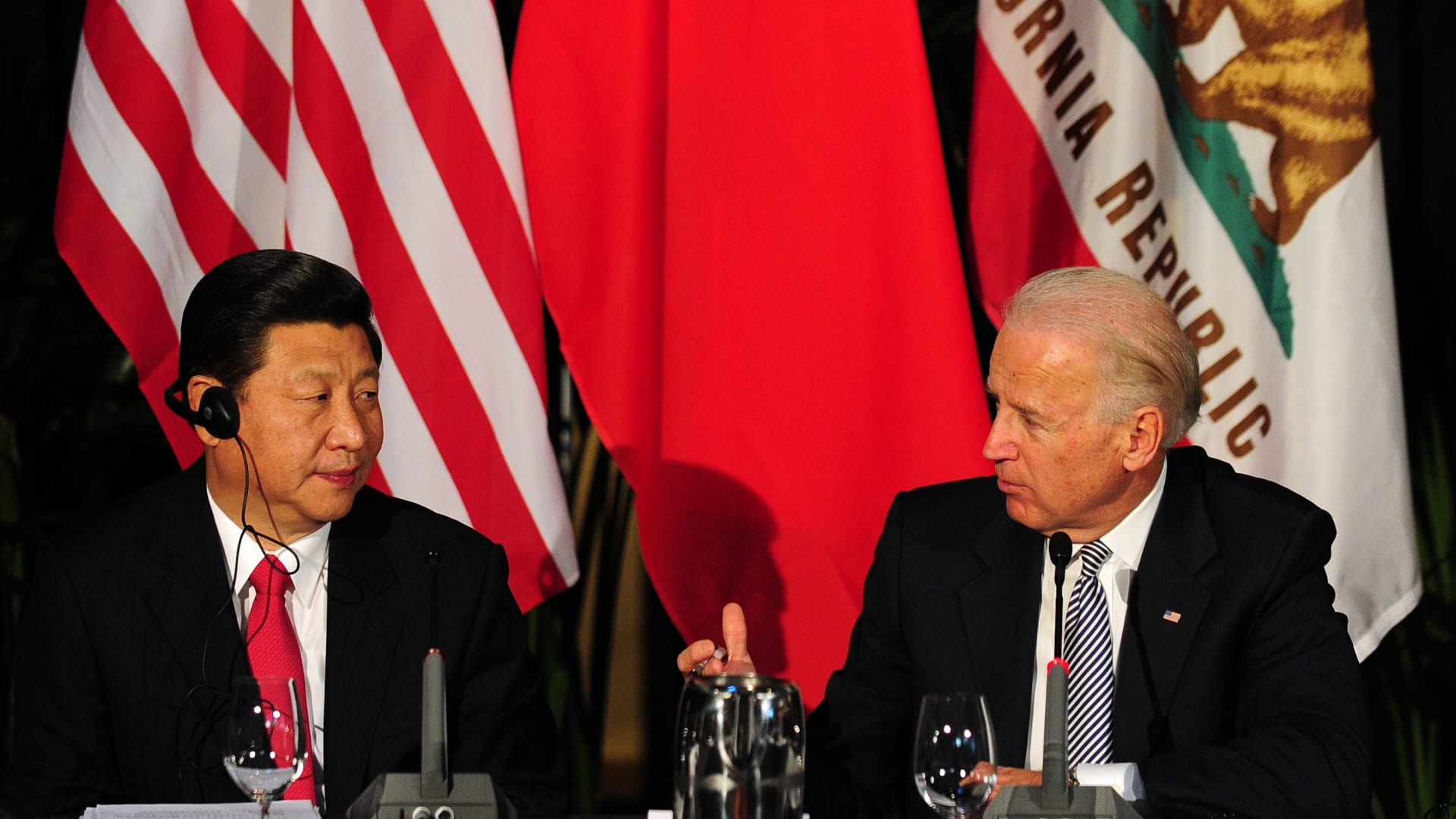 الرئيس الأمريكي جو بايدن يتحدث إلى نظيره الصيني شي جين بينغ خلال اجتماع في لوس أنجلوس، 17 فبراير 2012 في كاليفورنيا.