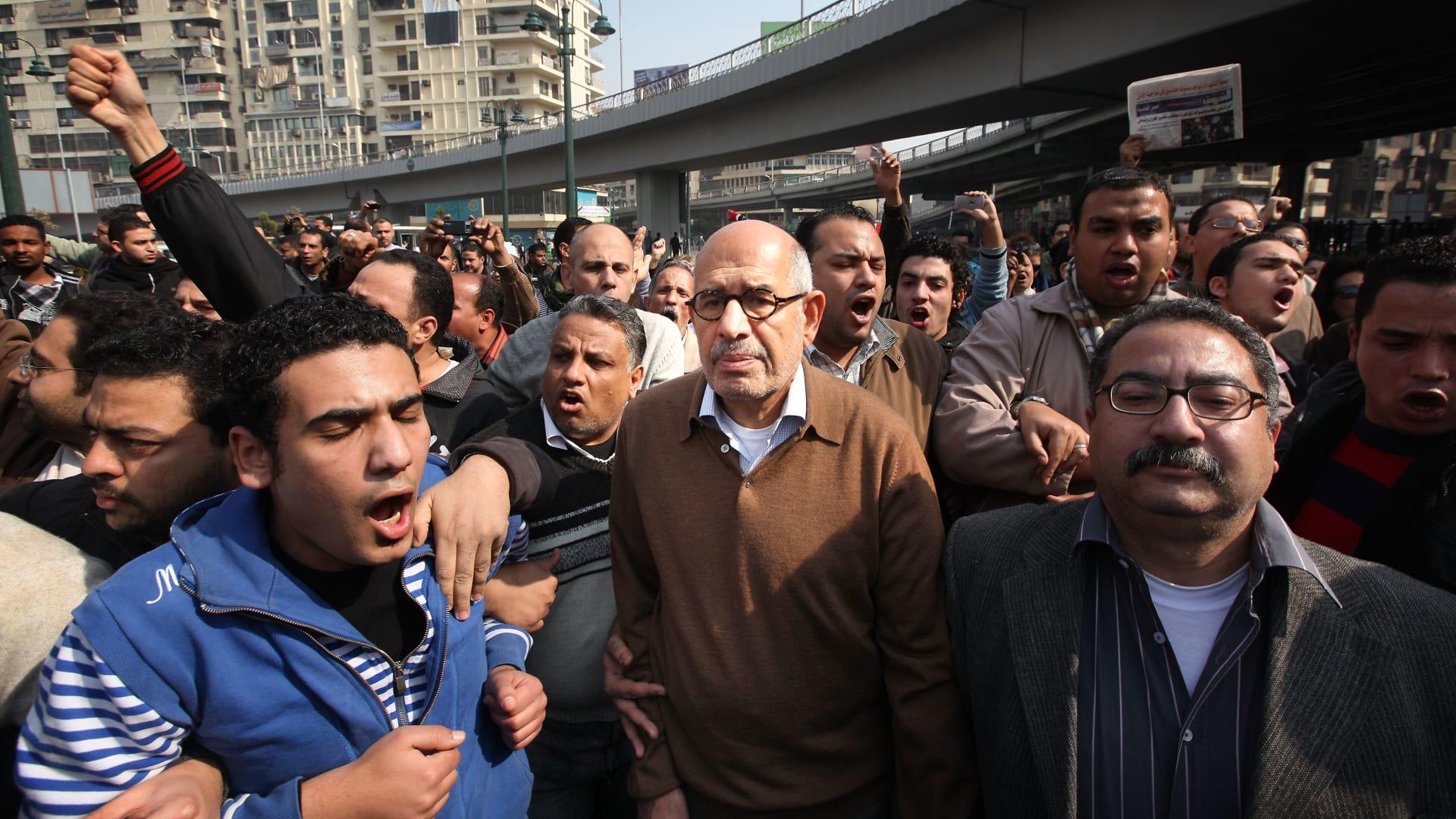 البرادعي خلال مشاركته في الاحتجاجات يوم 28 يناير 2011