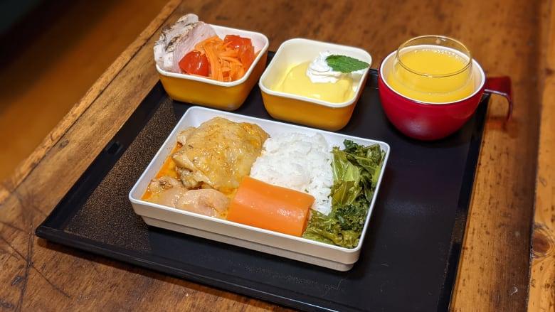 """مهووس بطعام الطائرة.. رجل يحضر وجبات طعامه كما لو أنه في """"أنبوب معدني"""""""