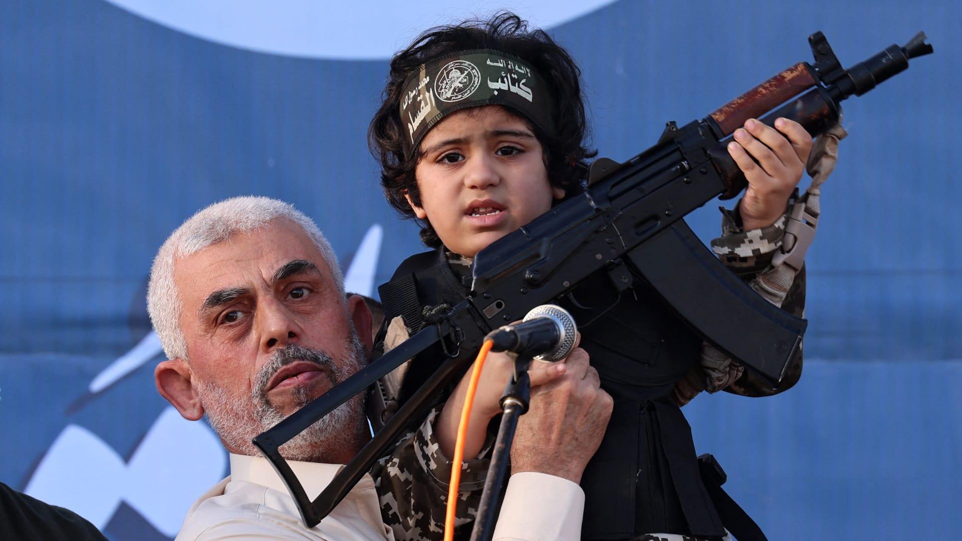الجيش الإسرائيلي ينشر فيديو ليحيى سنوار يتفاخر بطفل يحمل بندقية