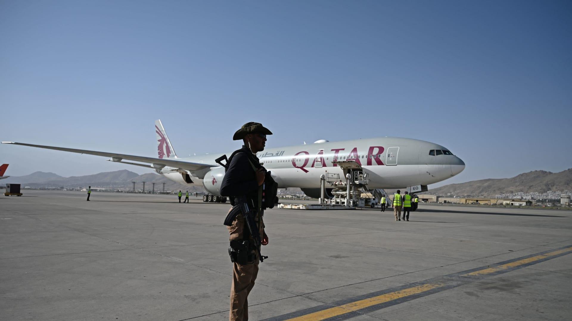 أحد أفراد الأمن القطري يقف قرب طائرة الخطوط الجوية القطرية في مطار كابول - 9 سبتمبر 2021.