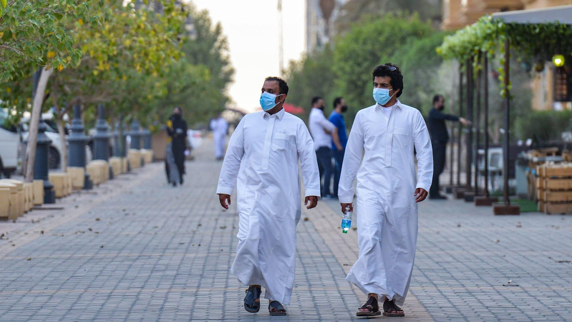 saudi-men-masks