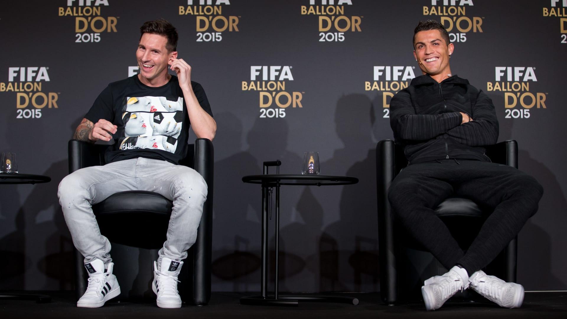 رونالدو (يمين الصورة) وميسي في حفل جائزة الكرة الذهبية العام 2015