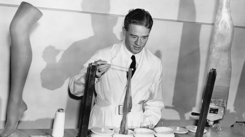 باستخدام الجوارب.. شاهد كيف عُرض النايلون لأول مرة في إكسبو عام 1939
