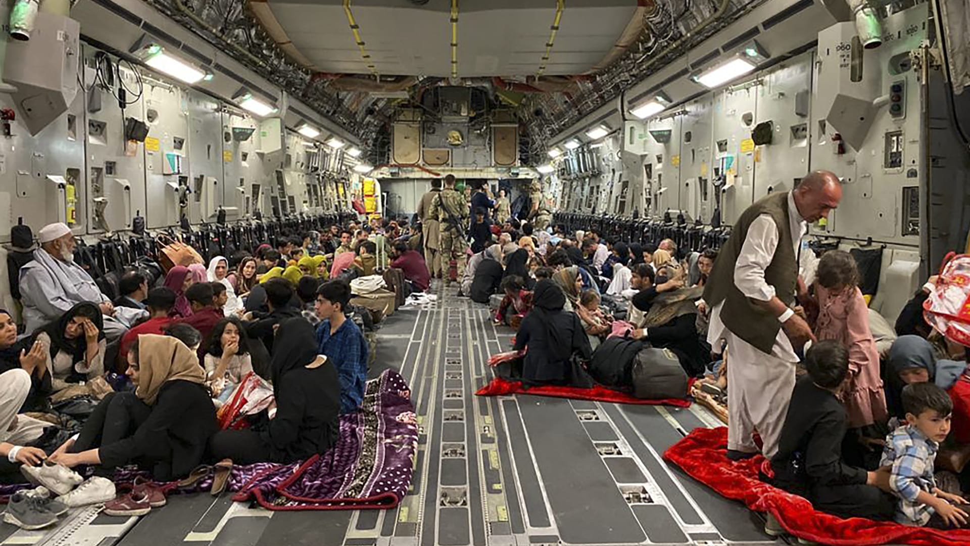 كلاريسا وارد عن حال الأفغانين العالقين في مطار كابول: البقاء للأفضل