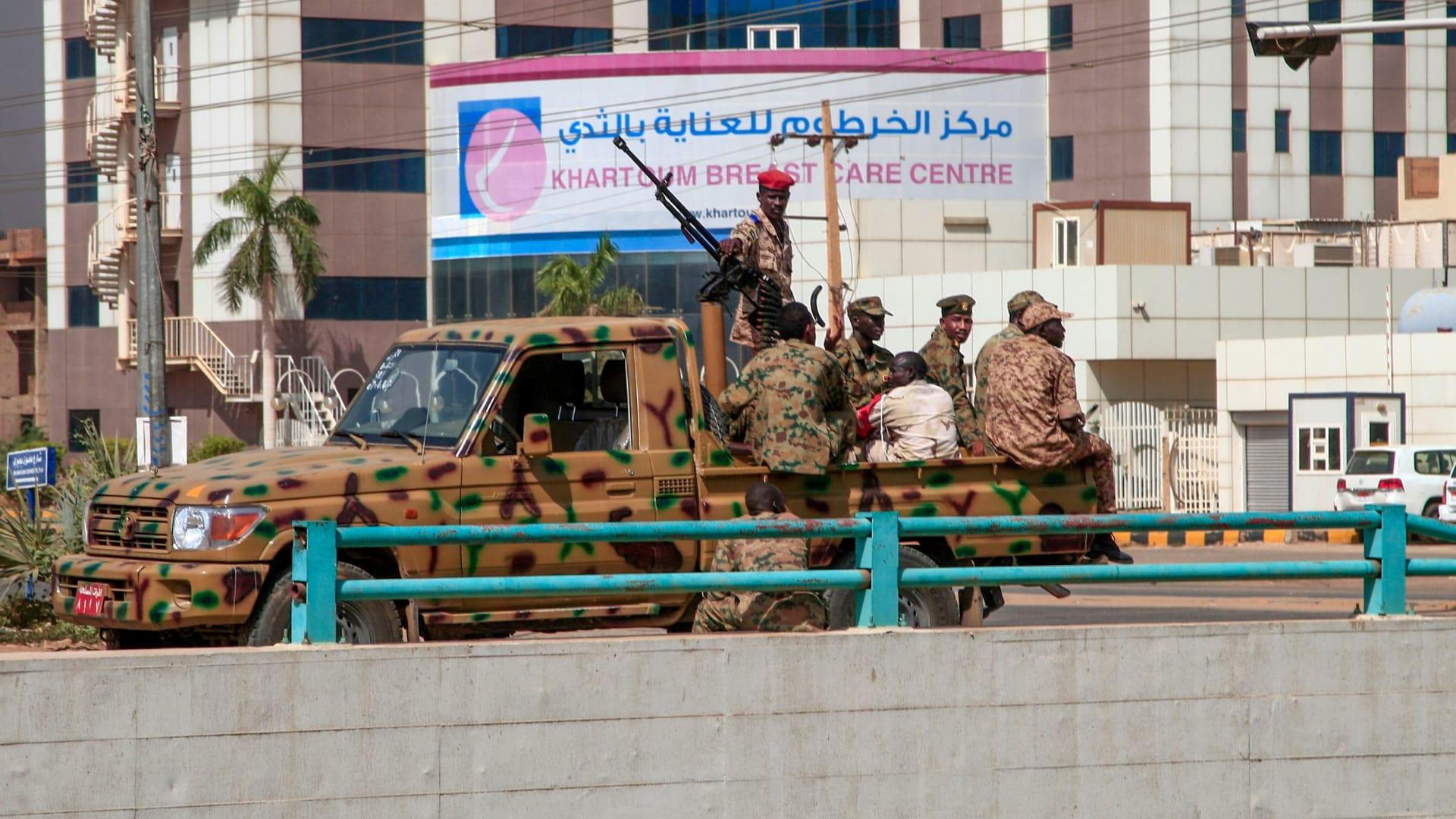 كيف علقت مصر والسعودية والإمارات وقطر على انقلاب السودان؟