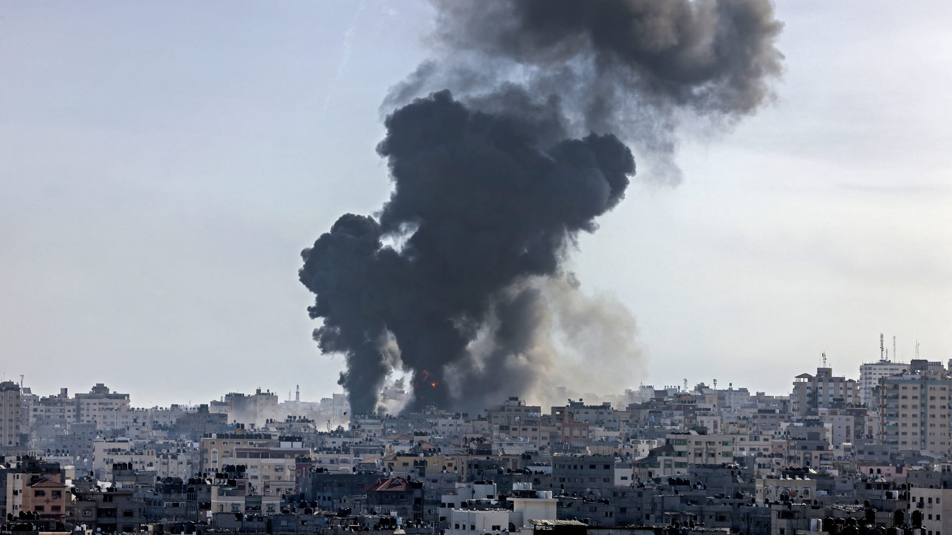 شاهد.. آثار تبادل إطلاق الصواريخ بين غزة وإسرائيل
