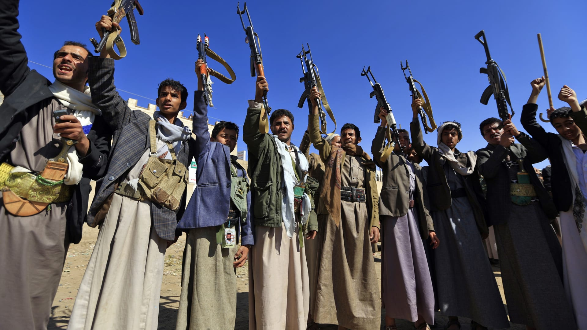الحوثيون يصعّدون هجماتهم ضد السعودية.. وأمير سعودي يشير إلى وجود أمل