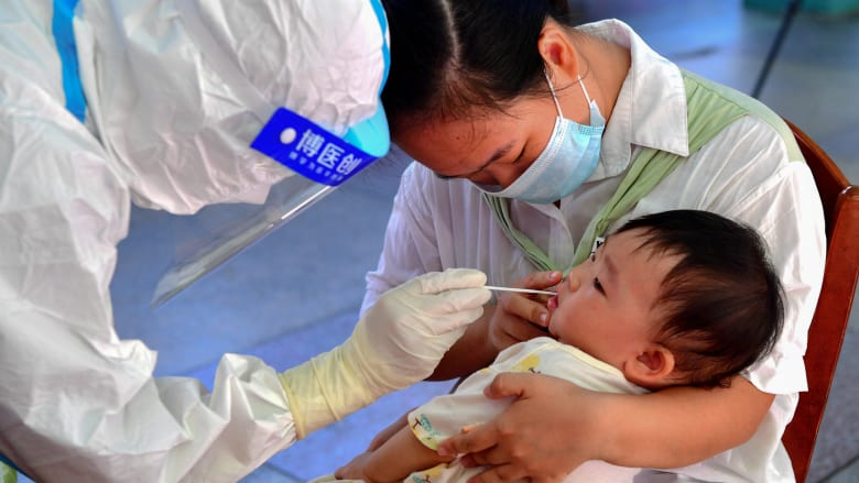 الصين تفصل بعض الأطفال عن ذويهم أثناء الإغلاق لردع أحدث تفشي لكورونا