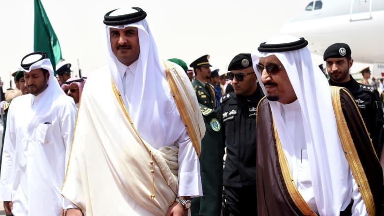 صورة أرشيفية من زيارة لأمير قطر إلى السعودية واستقباله من قبل الملك سلمان العام 2015