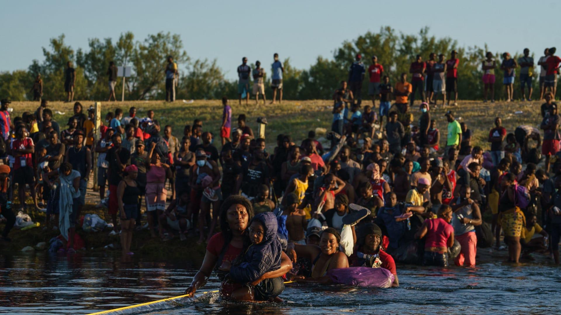 """استقالة المبعوث الأمريكي اعتراضًا على ترحيل """"غير الإنساني"""" للآلاف من لاجئي هايتي"""