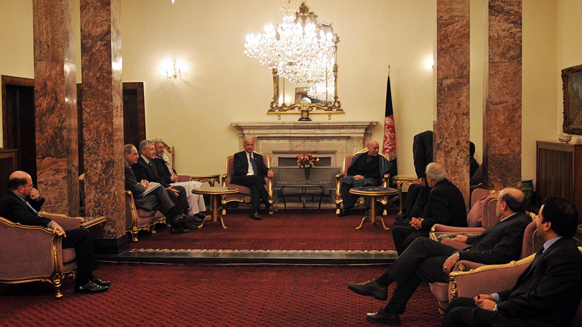 صورة أرشيفية لبايدن والوفد الأمريكي مع الرئيس الأفغاني الأسبق حامد كرزاي في كابول عام 2008