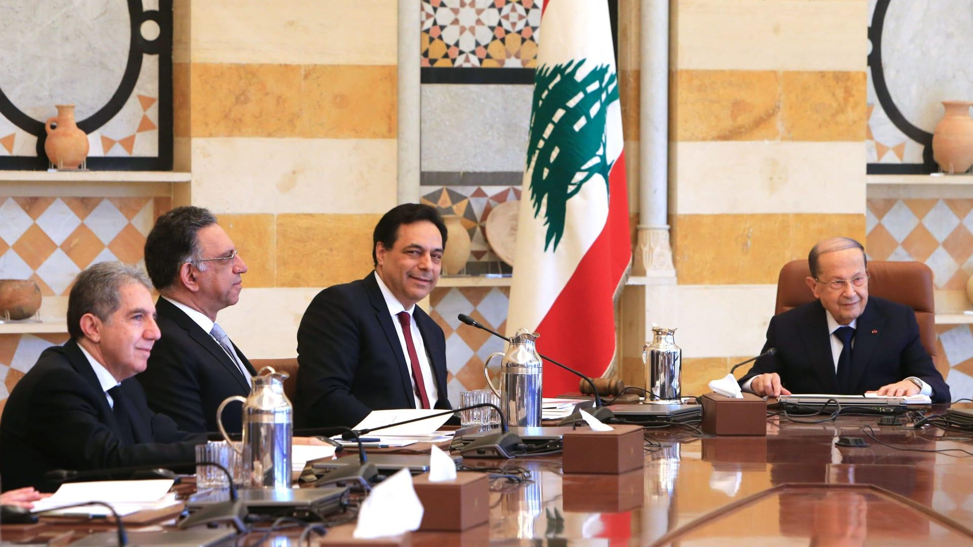 الرئيس اللبناني ميشال عون ورئيس حكومة تصرف الأعمال حسان دياب