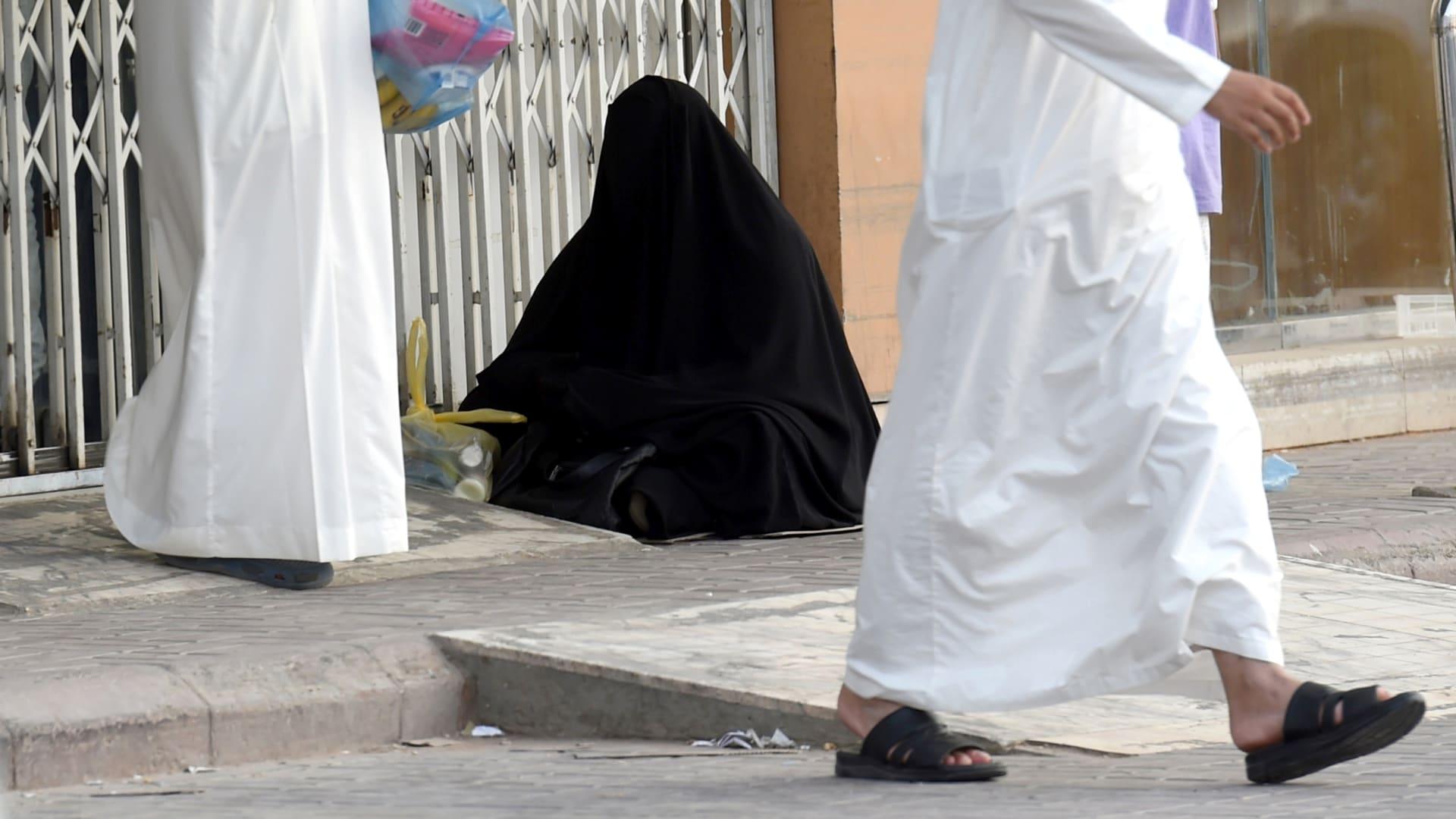 صورة أرشيفية لامرأة تتسول في السعودية