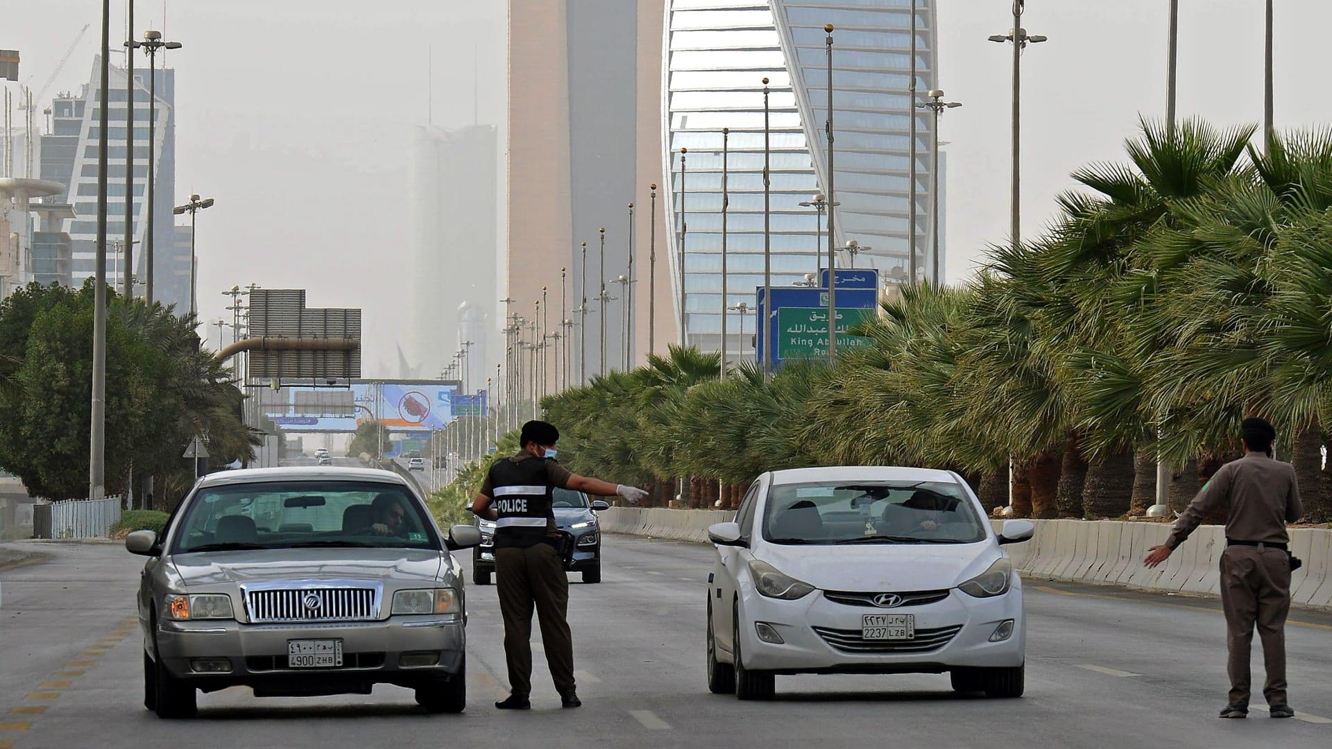 صورة أرشيفية لعناصر أمن بالسعودية خلال تطبيق فترات الحظر بـ2020