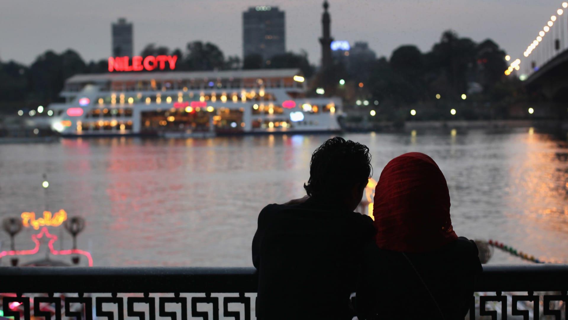 صورة أرشيفية تعبيرية لشخصين على ضفاف النيل