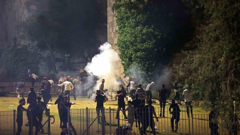 لحظات اندلاع مواجهات ليلية بين فلسطينيين والشرطة الإسرائيلية في ساحة المسجد الأقصى
