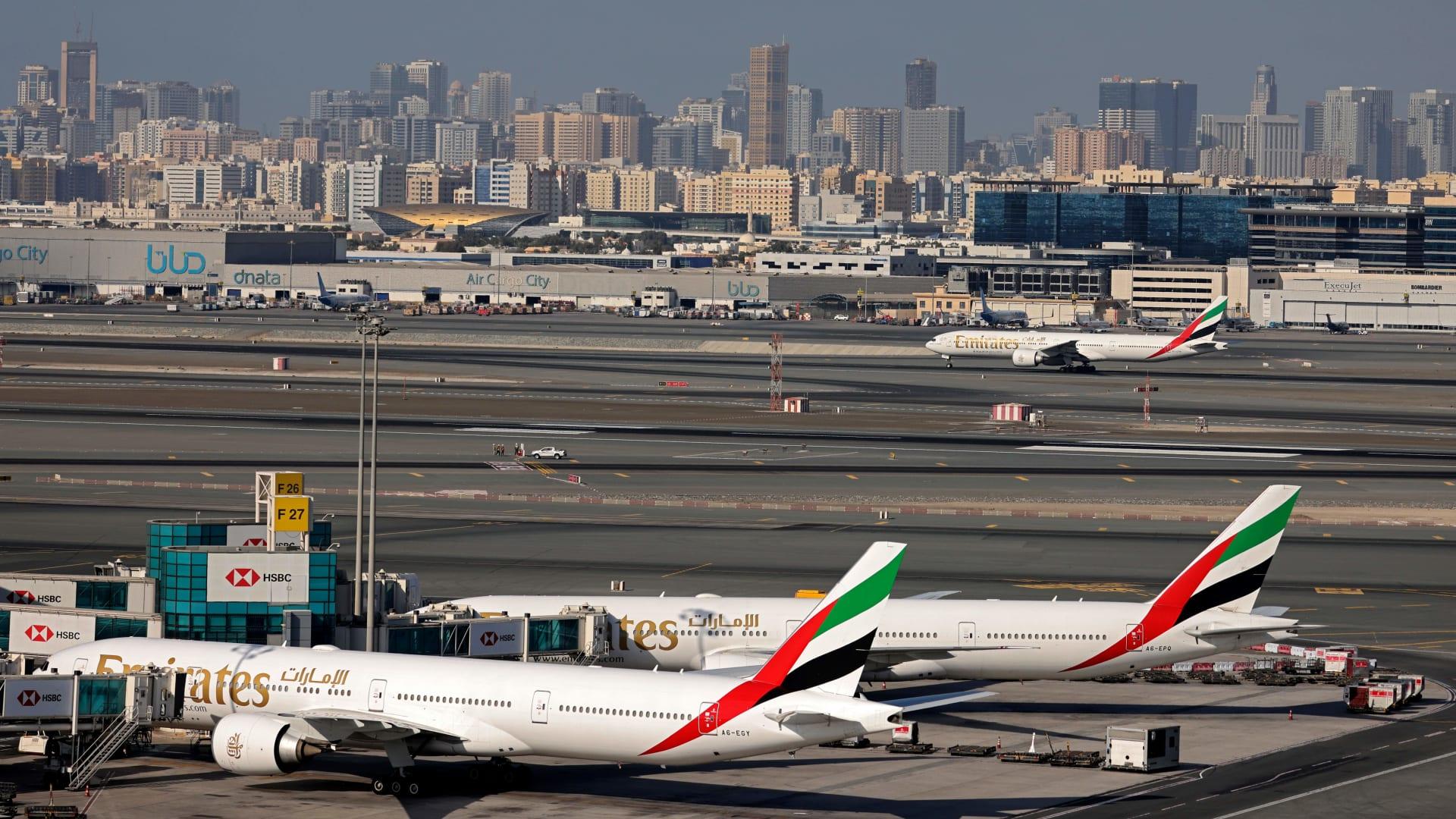 صورة تظهر طائرات طيران الإمارات في مطار دبي الدولي في 1 فبراير 2021