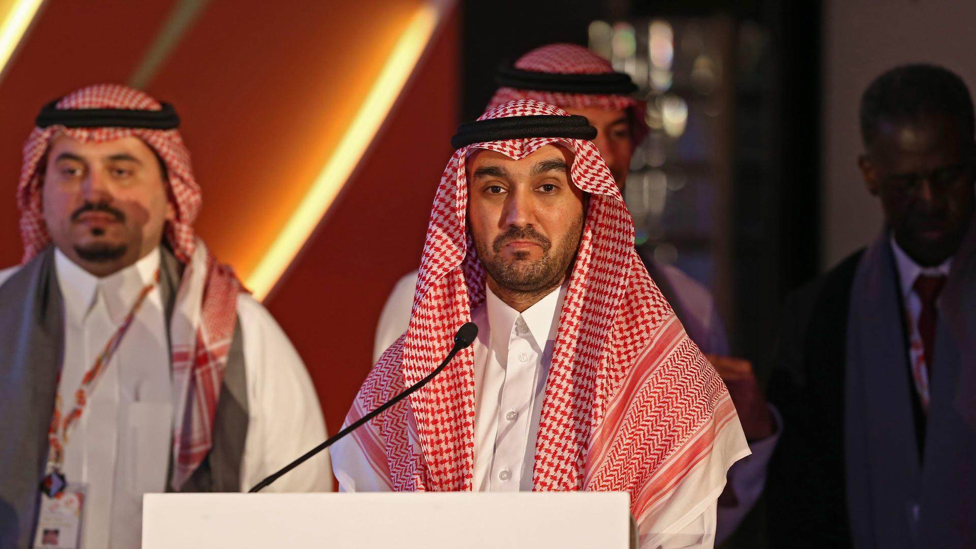 """وزير الرياضة السعودي يشجع """"الأخضر"""" بين الجماهير من المدرجات.. هكذا جاءت التعليقات"""