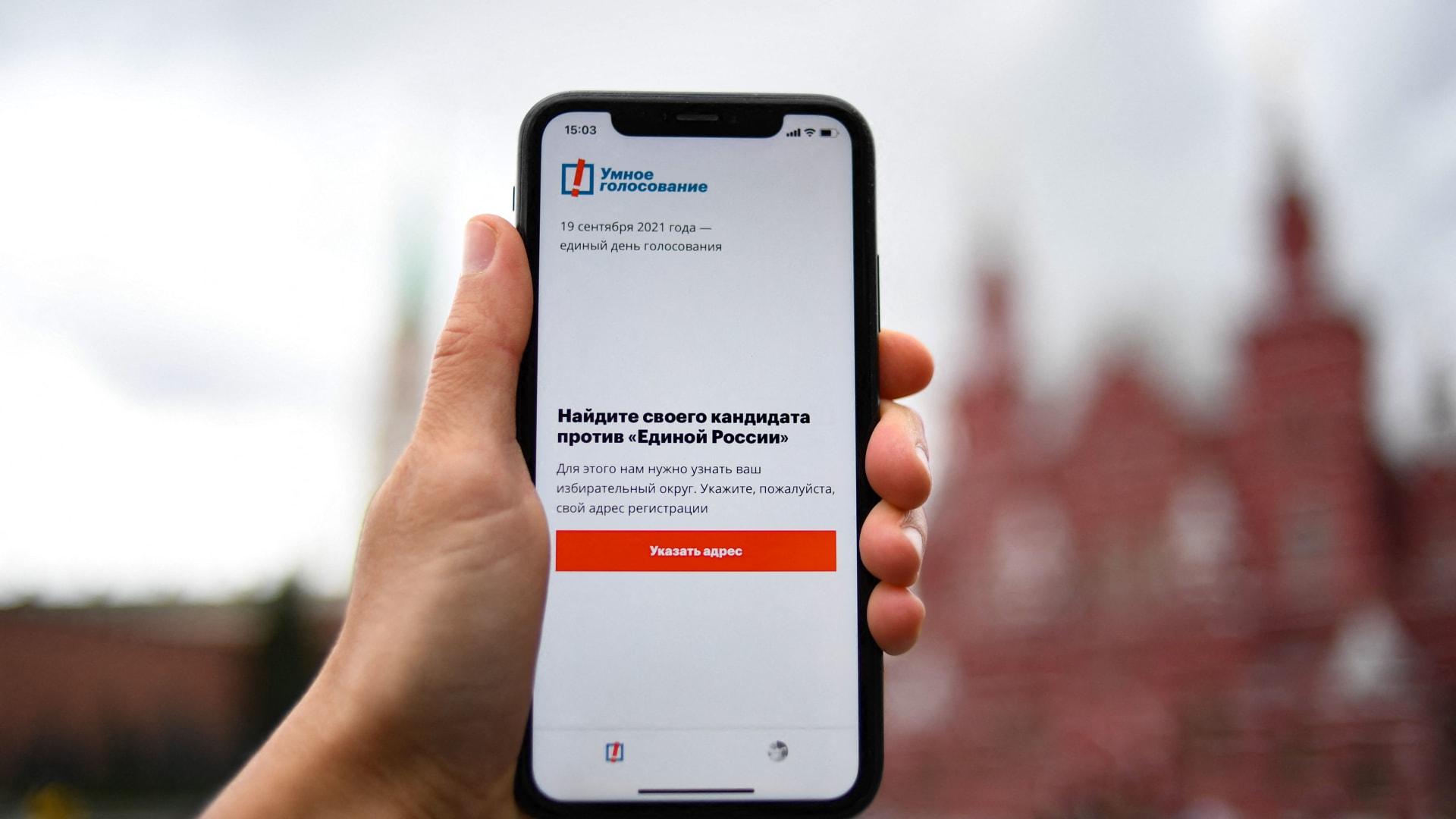 """صورة توضيحية لشاشة هاتف ذكي تعرض تطبيق """"التصويت الذكي""""  لناقد الكرملين المسجون أليكسي - موسكو في 16 سبتمبر 2021."""