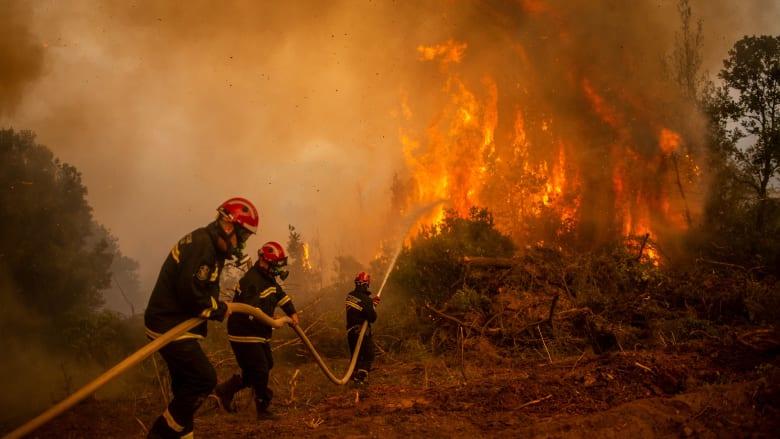 رجال الإطفاء يعملون على مدار الساعة لمكافحة الحرائق في اليونان