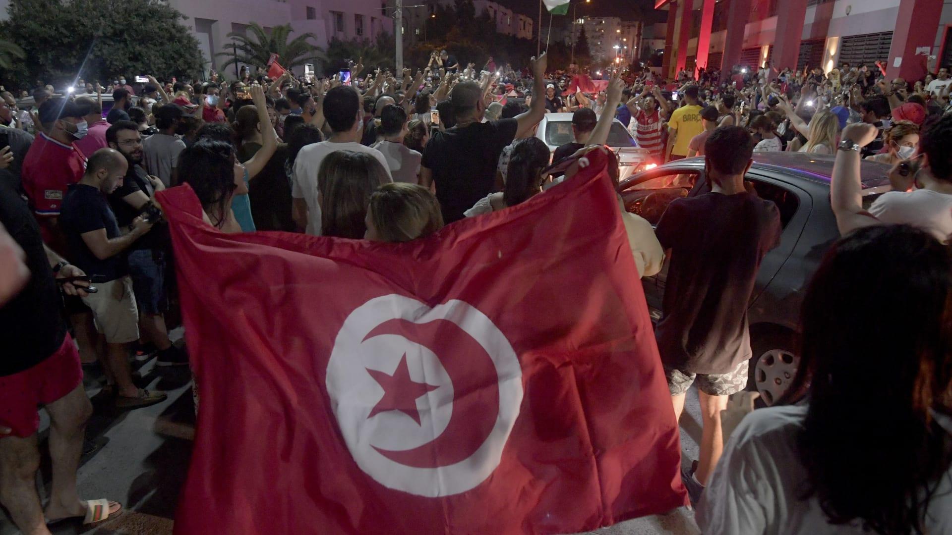 """أكاديمي سعودي: الديمقراطية في تونس """"إخوانية"""" والإسلام السياسي يُفسد البلدان"""