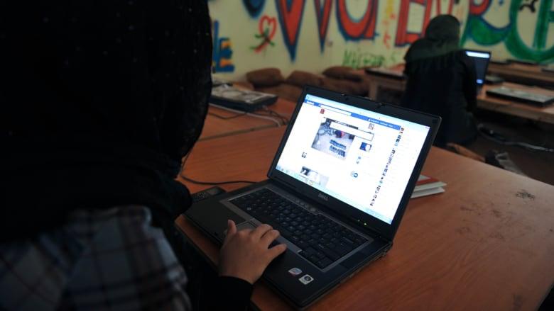 كيف تتعامل منصات التواصل الاجتماعي مع سيطرة طالبان؟