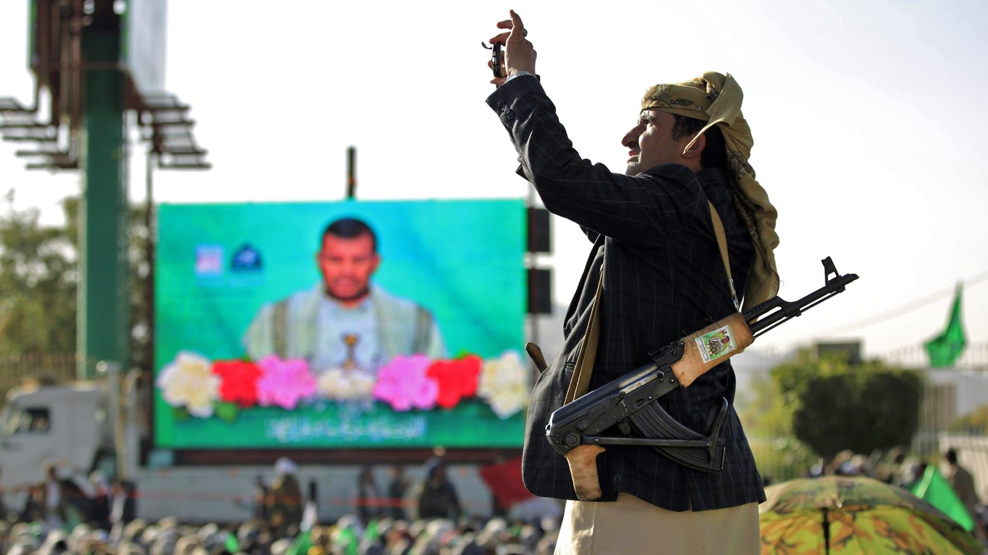 صورة ارشيفية لعنصر بجماعة الحوثي خلال خطاب لزعيم الجماعة عبدالملك الحوثي