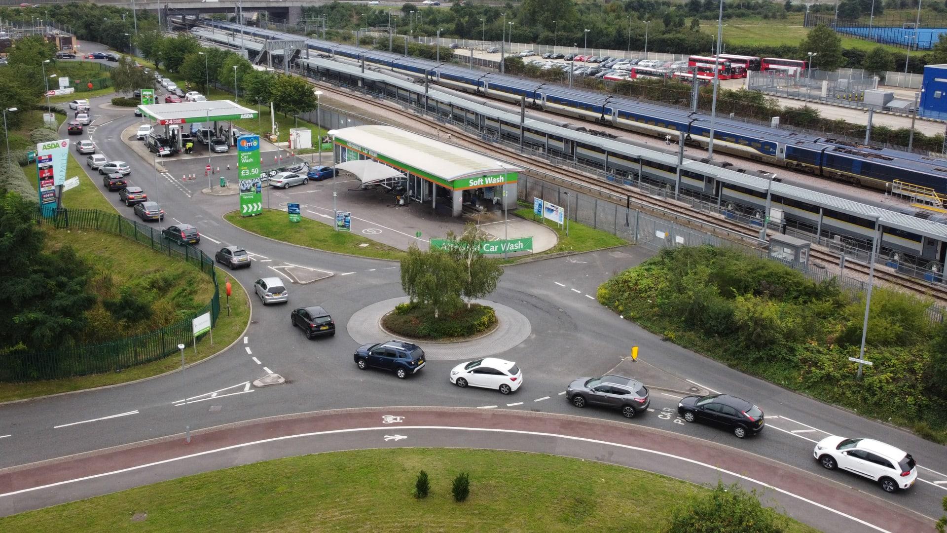 وسط حالة من الذعر.. طوابير من المركبات تشكلت للحصول على الوقود في بريطانيا
