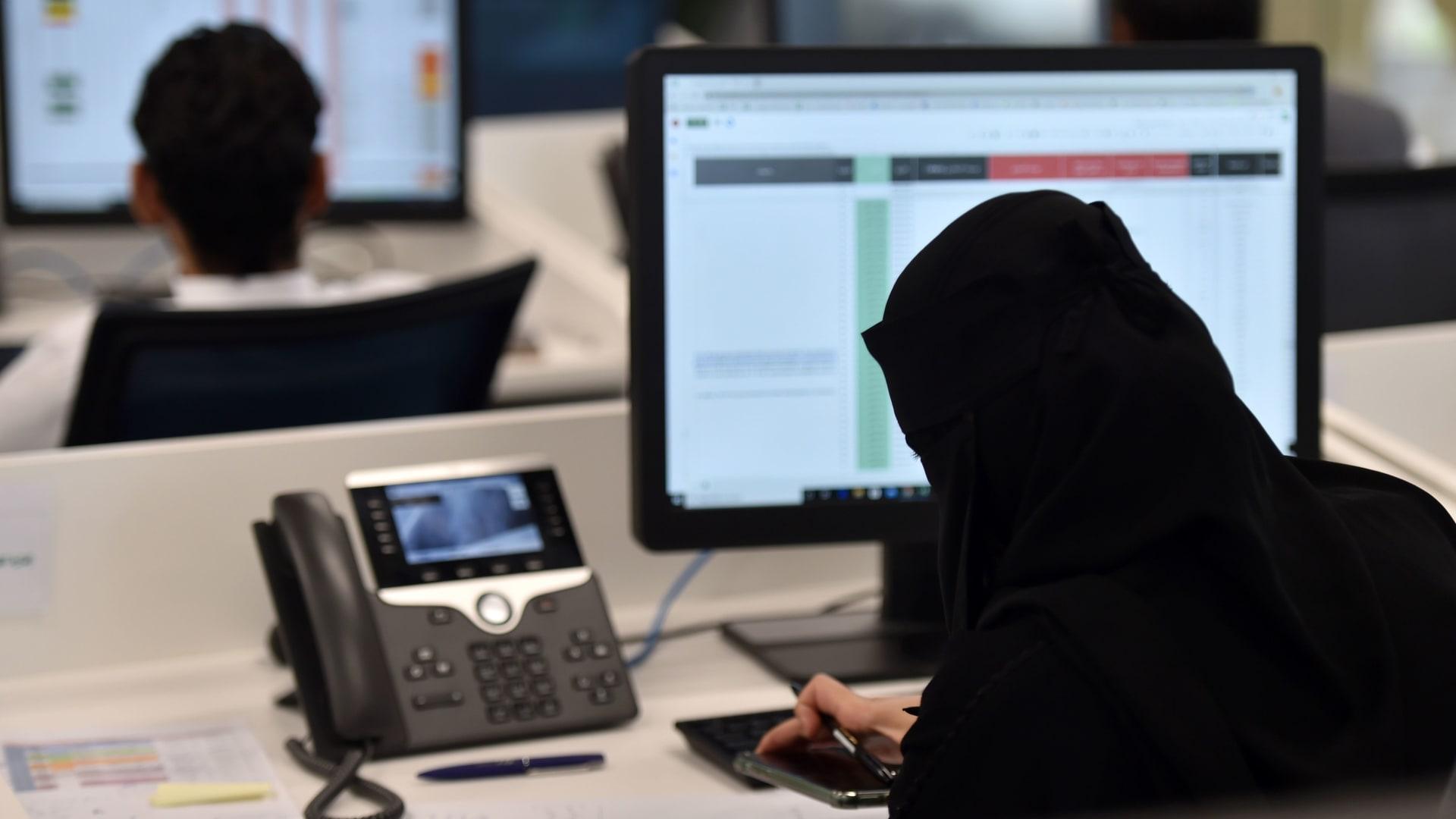 صورة أرشيفية تعبيرة لموظفين في السعودية