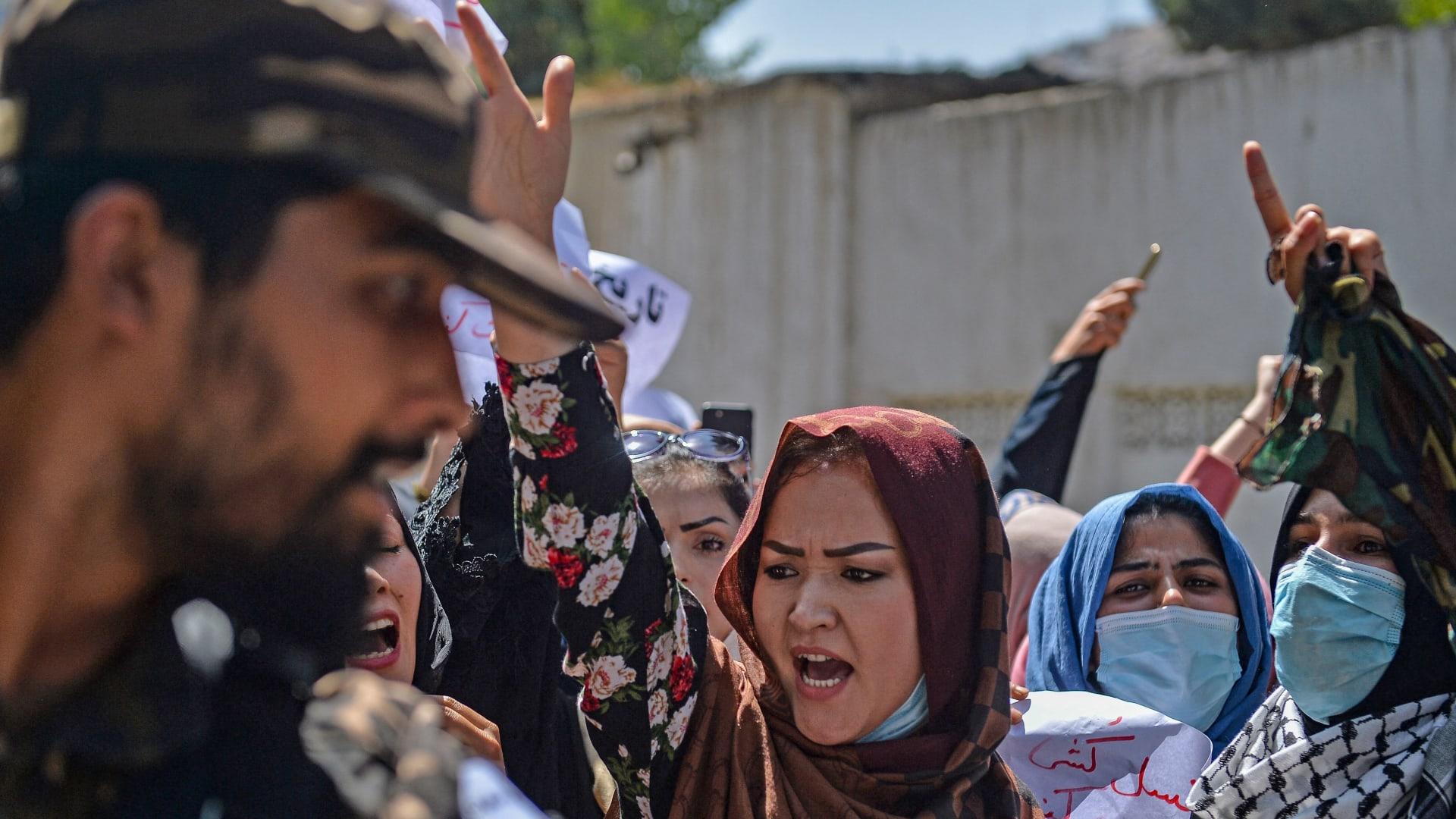 شاهد.. مسلحو طالبان يضربون بالعصي نساء أفغانيات يتظاهرن في كابول