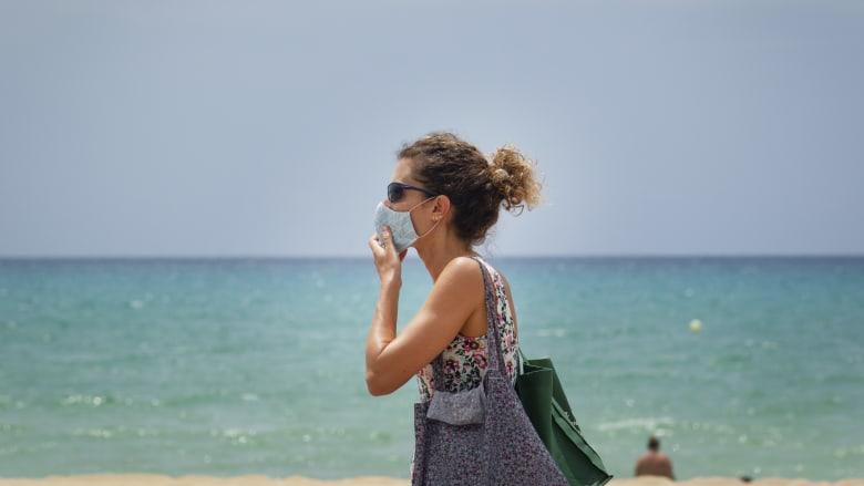 إسبانيا ترفع قيود السفر أمام السياح من قائمة مختارة من الدول
