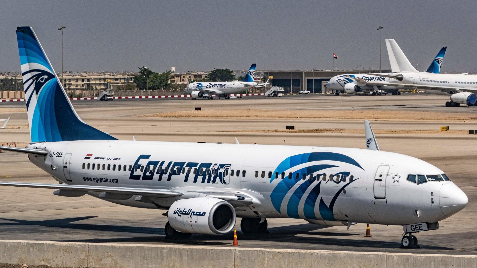 صورة تم التقاطها في 28 مايو 2021 تُظهر طائرة مصر للطيران من طراز بوينج 737 على مدرج مطار القاهرة الدولي في مصر.