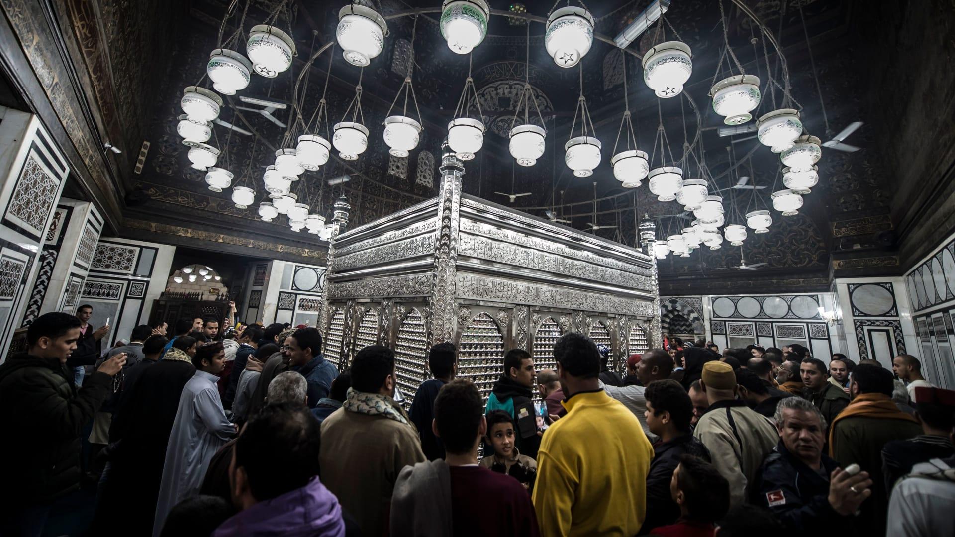 صورة أرشيفية لاحياء ذكرى المولد النبوي في مسجد الإمام الحسين في مصر العام 2017
