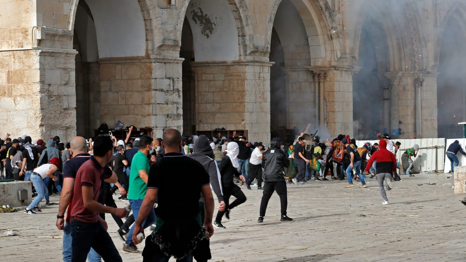 شاهد.. اشتباكات في باحات المسجد الأقصى بين الشرطة الإسرائيلية وفلسطينيين