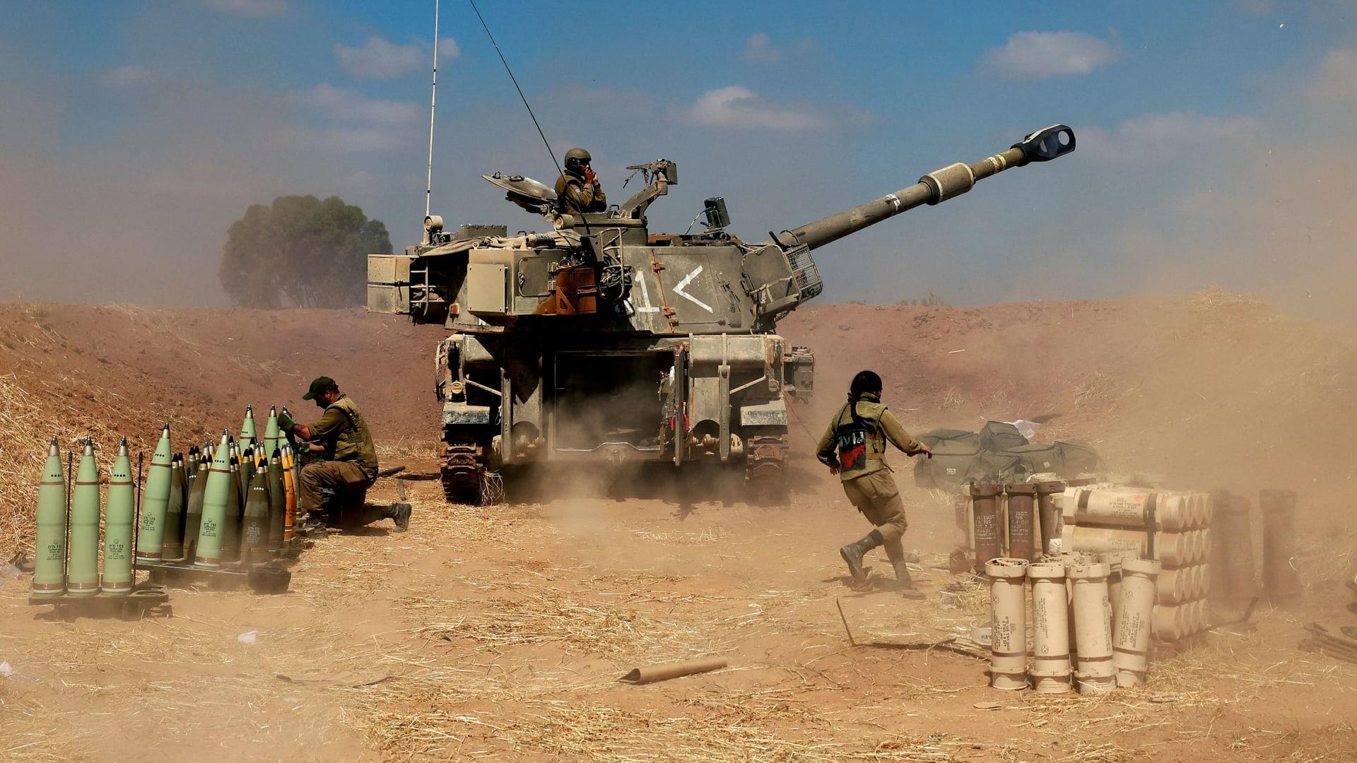 دبابة إسرائيلية تطلق قذائف صوب أهداف في غزة