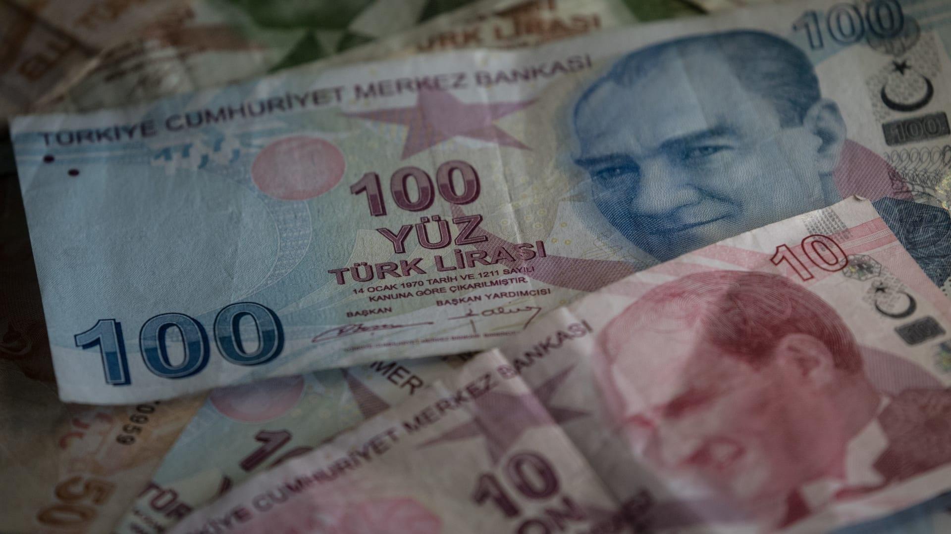 الليرة التركية في مواجهة جديدة مع الدولار الأمريكي